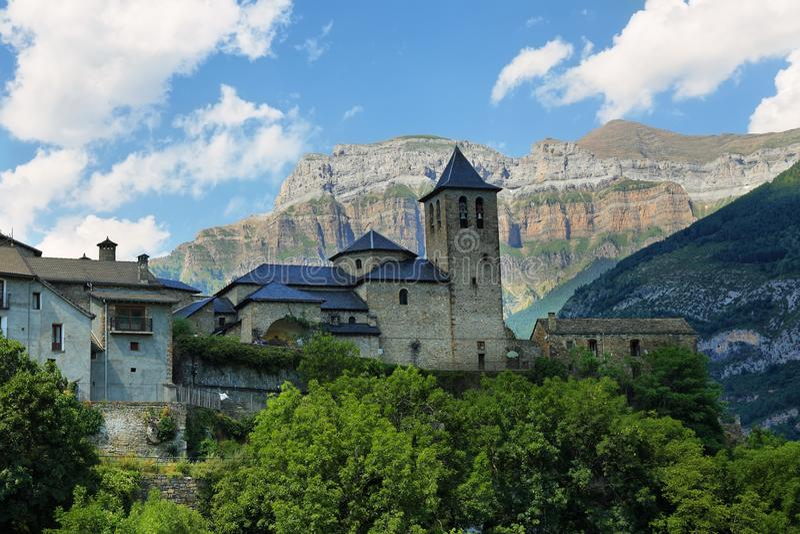Torla Ordesa, церковь с горами в основании, Испания стоковое изображение