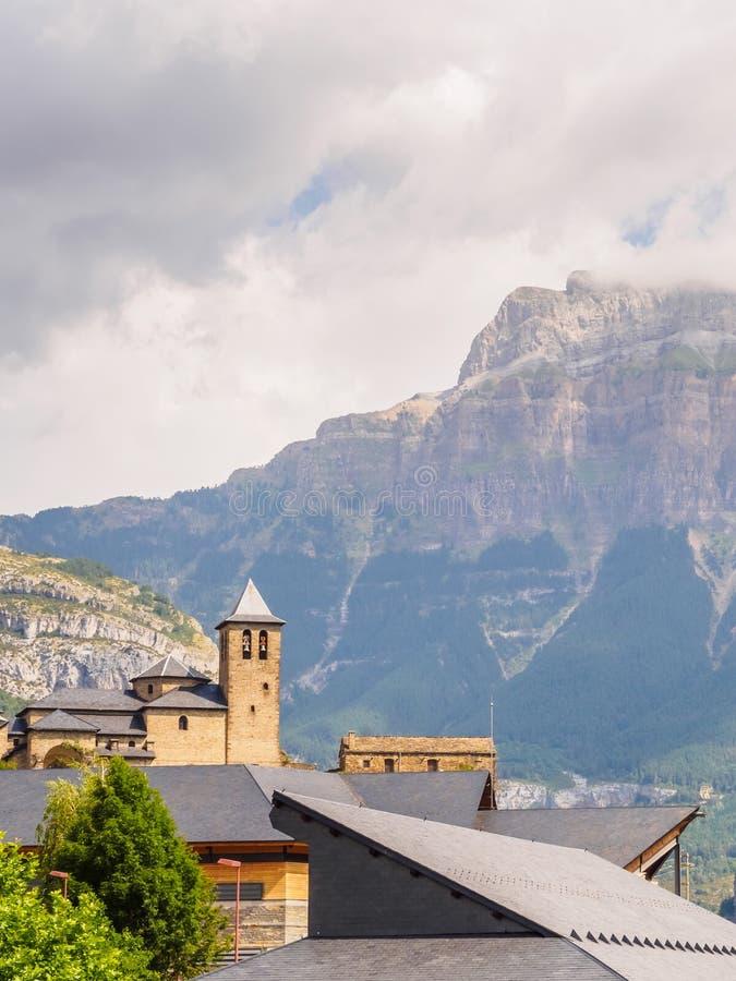 Torla Ordesa, kerk met de bergen bij bodem, de verticaal van de Pyreneeën Spanje stock fotografie