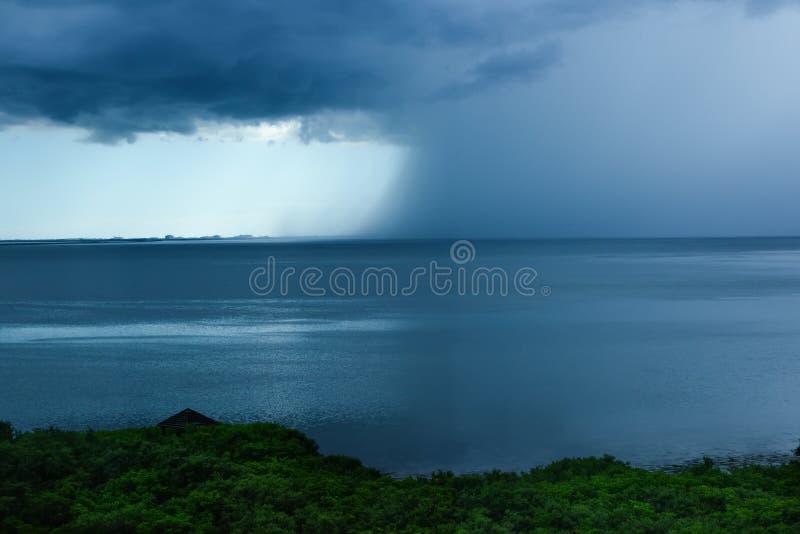 Tormenta de la lluvia en Tampa Bay, la Florida fotografía de archivo libre de regalías