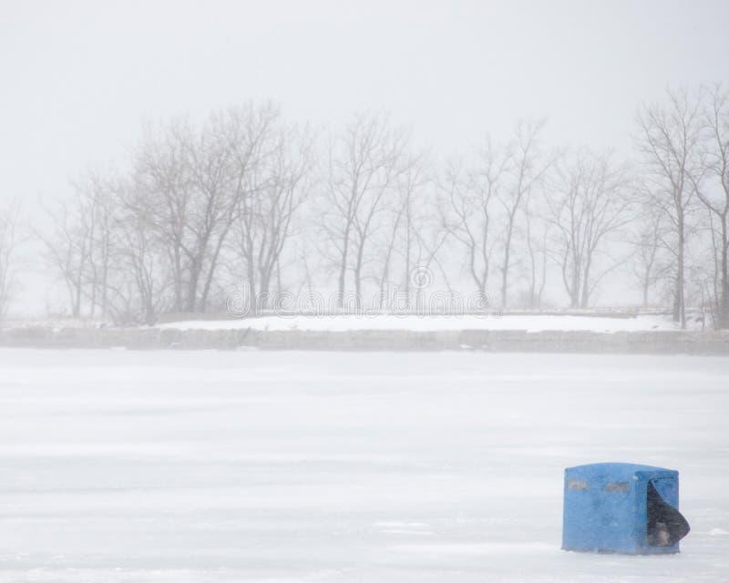 Tormenta de la nieve de la pesca del hielo foto de archivo libre de regalías