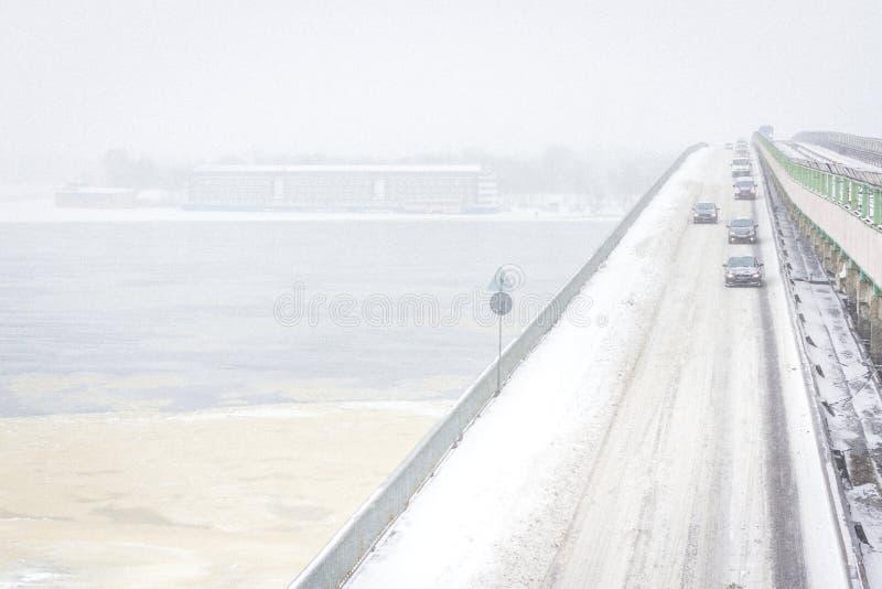 Tormenta de la nieve en los caminos en diciembre en Kiev, Ucrania Nevado y nada visibilidad en la calle fotos de archivo