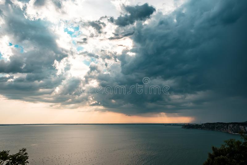 Tormenta de la puesta del sol en el cielo sobre Trieste fotos de archivo