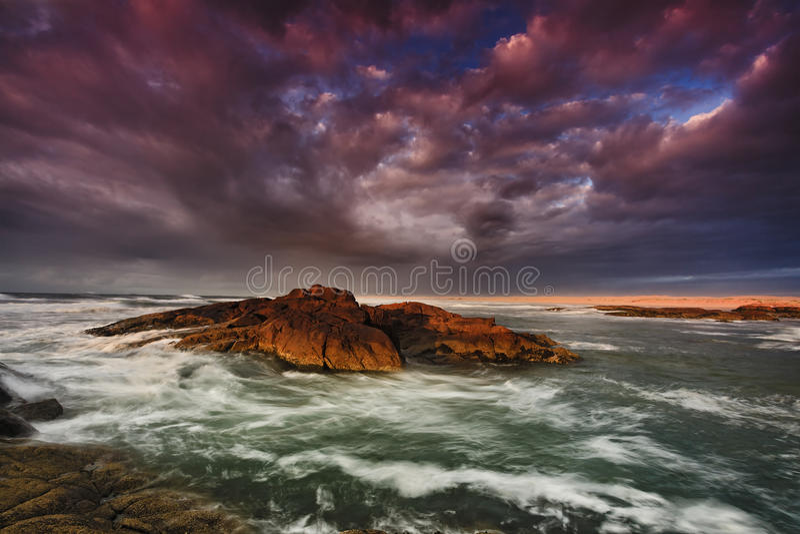 Tormenta de la salida del sol de la playa de Birubi del mar fotos de archivo