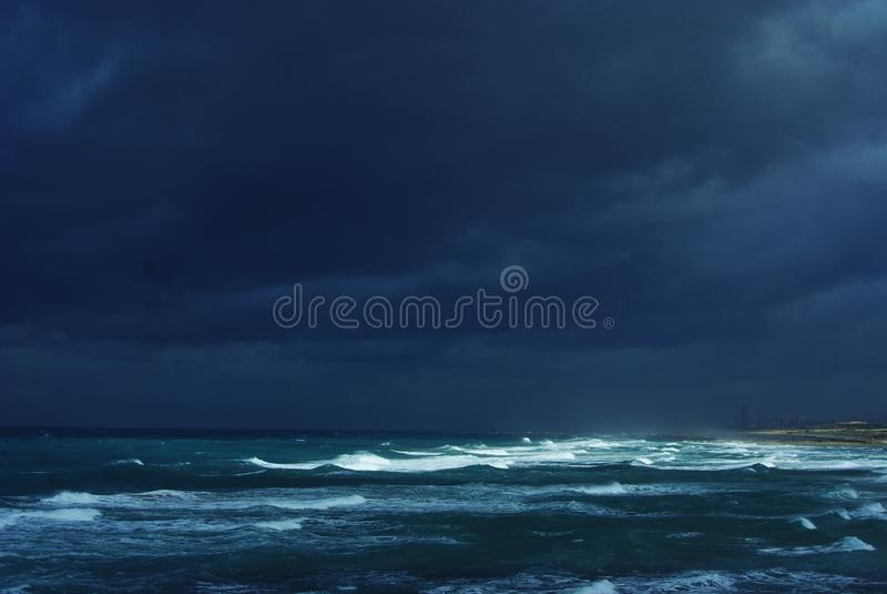 Tormenta del invierno en el mar fotos de archivo