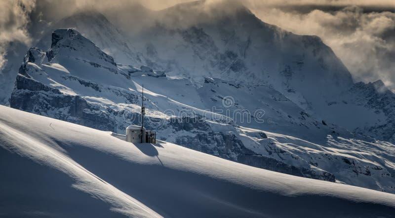 Tormenta del invierno encima de la montaña foto de archivo