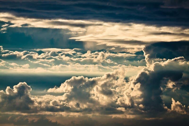 Tormenta en el mar Báltico con las nubes dinámicas fotografía de archivo