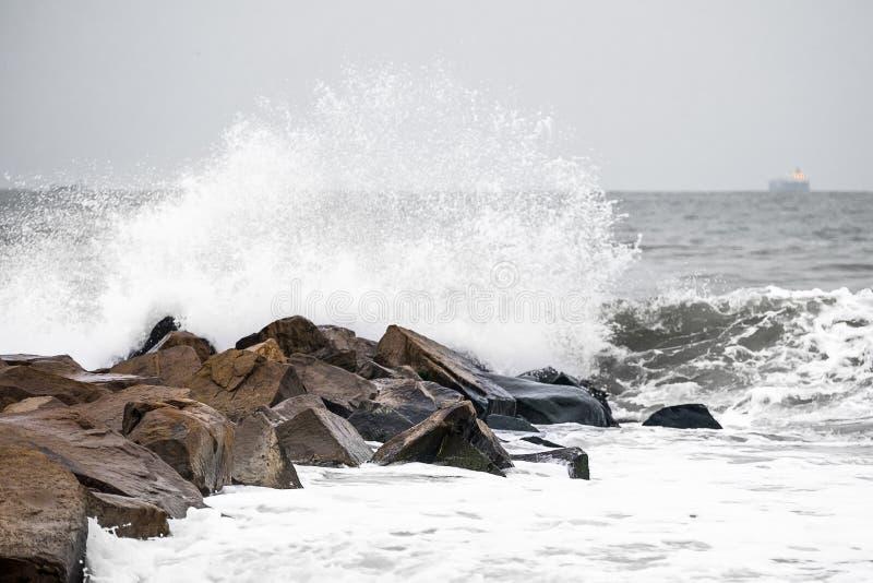 Tormenta en la playa 2 de la piedra del invierno foto de archivo libre de regalías