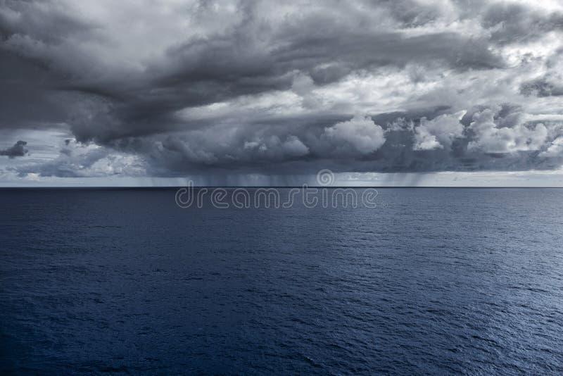 Tormenta entrante sobre horizonte del agua fotos de archivo