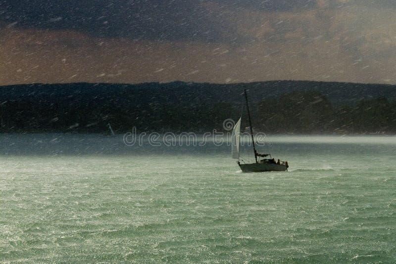 Tormenta, lluvia y barco de vela foto de archivo libre de regalías