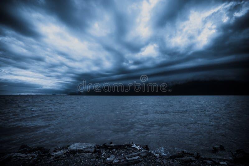 Tormenta nublada en el mar antes de la lluvia nube de tormentas del tornado sobre el mar E Huracán Florencia imagen de archivo libre de regalías
