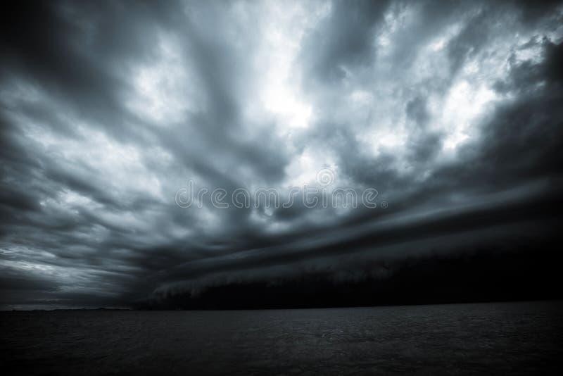 Tormenta nublada en el mar antes de la lluvia nube de tormentas del tornado sobre el mar E Huracán Florencia foto de archivo