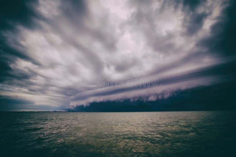 Tormenta nublada en el mar antes de la lluvia nube de tormentas del tornado sobre el mar E Huracán Florencia imágenes de archivo libres de regalías