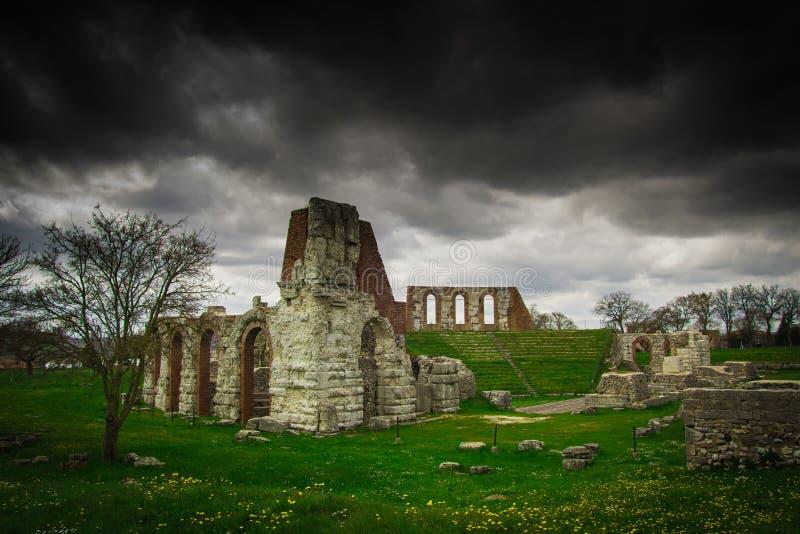 Tormenta oscura en las ruinas romanas del teatro de Gubbio fotos de archivo