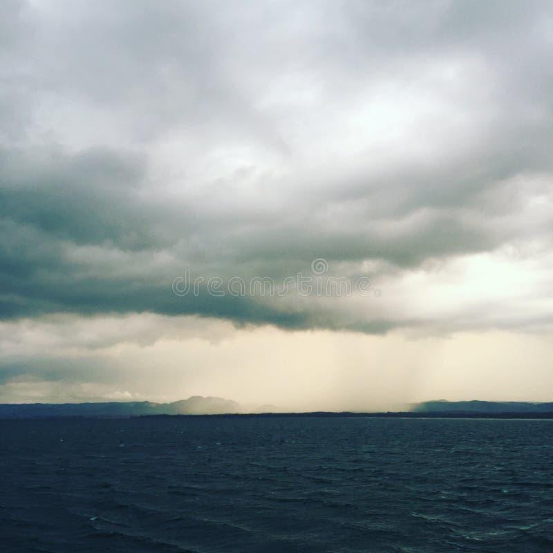 Tormenta oscura que se acerca a través del mar, Asia imagen de archivo