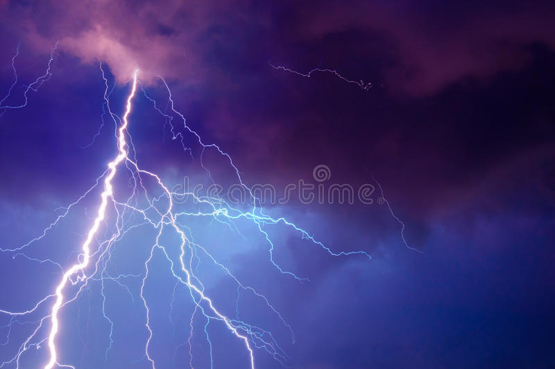 Tormenta pesada que trae trueno, lighnings y la lluvia fotos de archivo