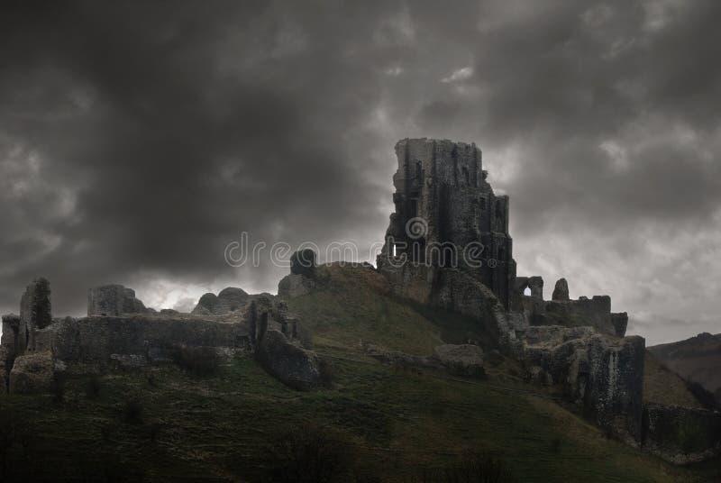 Tormenta sobre ruinas del castillo imagen de archivo
