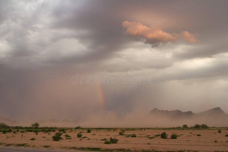 Tormenta y arco iris de polvo imágenes de archivo libres de regalías