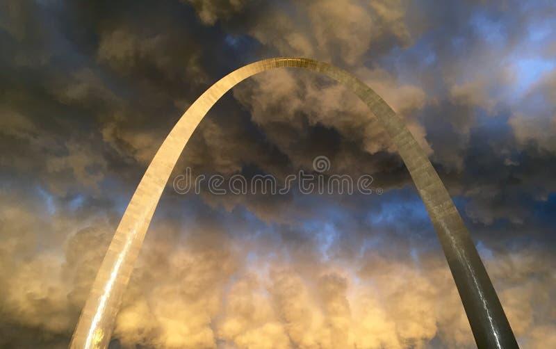 Tormentas de StLouis del arco de la entrada foto de archivo