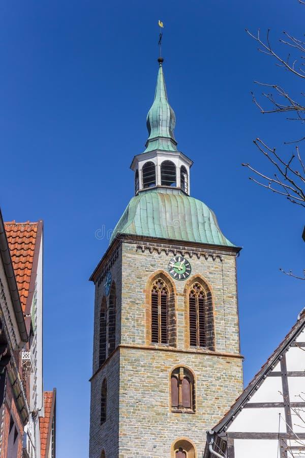 Torn av den Aegidius kyrkan i den historiska staden Wiedenbruck fotografering för bildbyråer