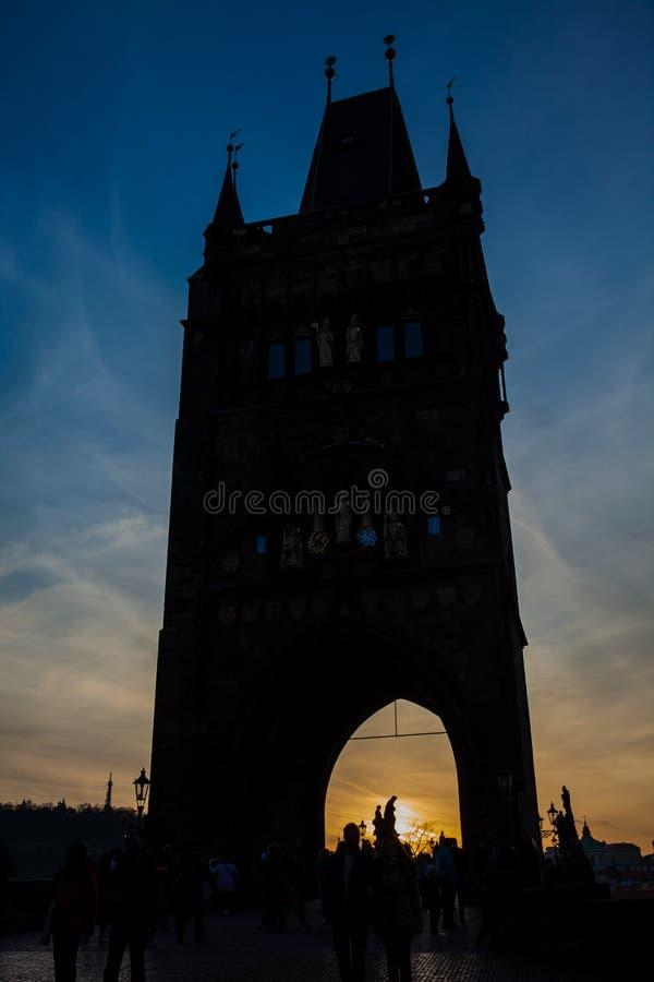 Torn av den iconic och historiska Charles Bridge som byggs på det 15th århundradet royaltyfri bild