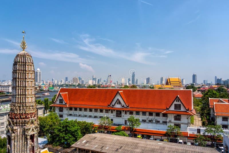 Torn av den Wat Arun templet och Bangkok horisont med skyskrapor arkivbild