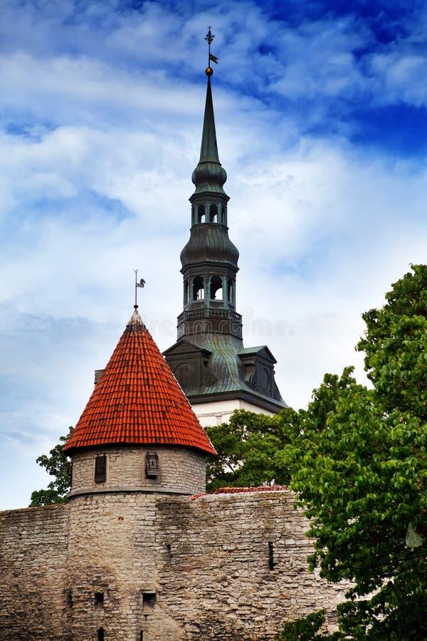 Torn av en stadsvägg och Sts Nicholas kyrka (Niguliste) för tallinn thomas för stadsestonia korridor fåfängt väder för gammal tow arkivbilder