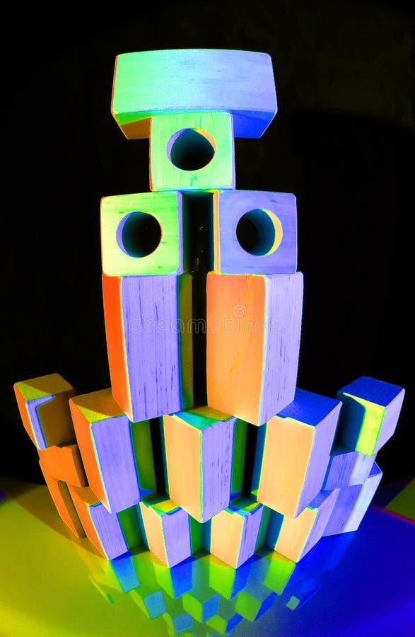 Torn av färgrika leksaktegelstenar royaltyfri foto