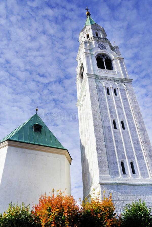 Torn av församlingkyrkan Santi Filippo e Giacomo Apostoli i Cortina d'Ampezzo royaltyfri bild