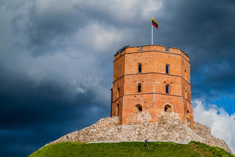 Torn av Gediminas Gedimino i Vilnius, Litauen, del av den övreVilnius slotten Compl royaltyfria foton