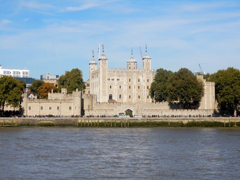 Torn av London, slott - fästningen lokaliserade norr bankflodThemsen, London arkivfoton
