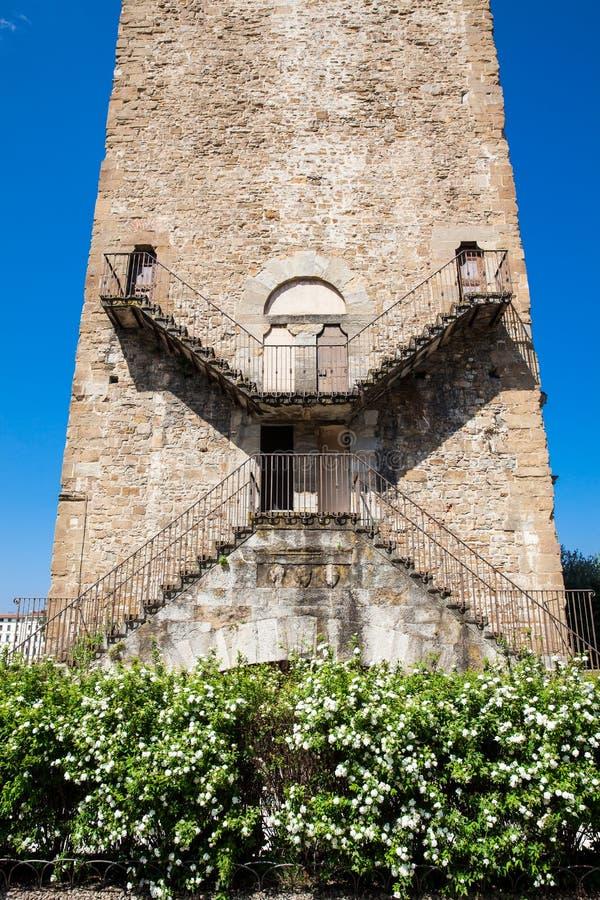 Torn av San Niccolo en port som byggs på 1324 som ett försvartorn som lokaliseras i piazza Poggi i Florence arkivfoton