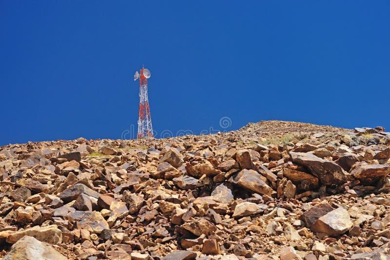 Torn av telekommunikationer på berget, leh, ladakh arkivfoto