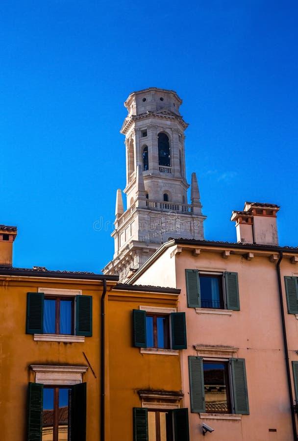 Torn av Verona Cathedral royaltyfri foto