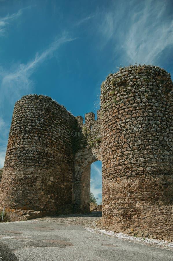 Torn bredvid dörröppningen av Evoramonte arkivfoto