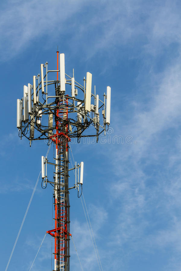Torn för antenn för mobiltelefontelekommunikationradio arkivfoton