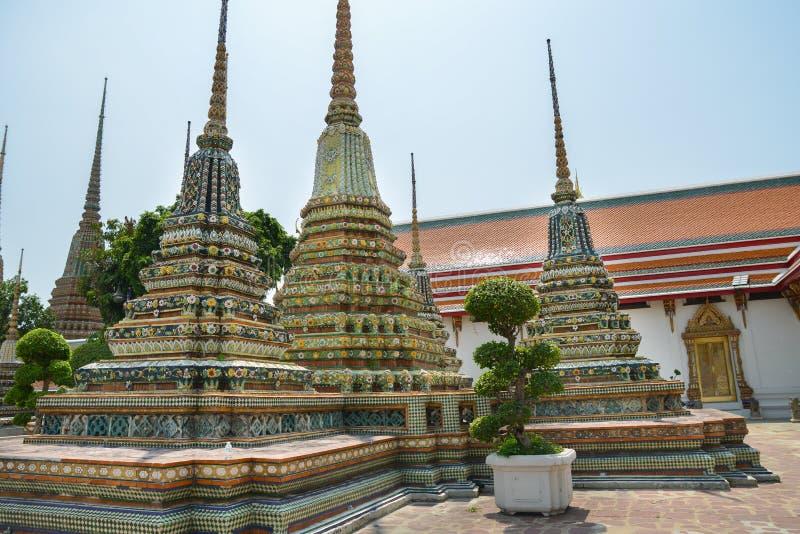 Torn för buddismpagodtempel i Wat Arun, Bangkok, Thailand Nära templet av att vila Buddha och den storslagna slotten arkivfoto