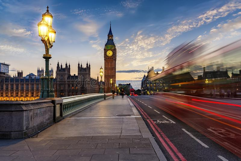 Torn för den Westminster bro- och Big Ben klockan i London efter solnedgång arkivbild