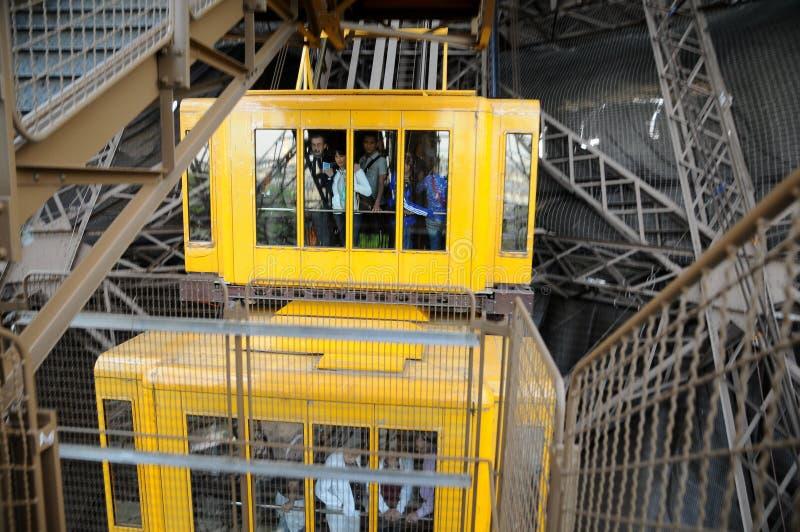 torn för eiffel elevatorteknologi royaltyfria bilder