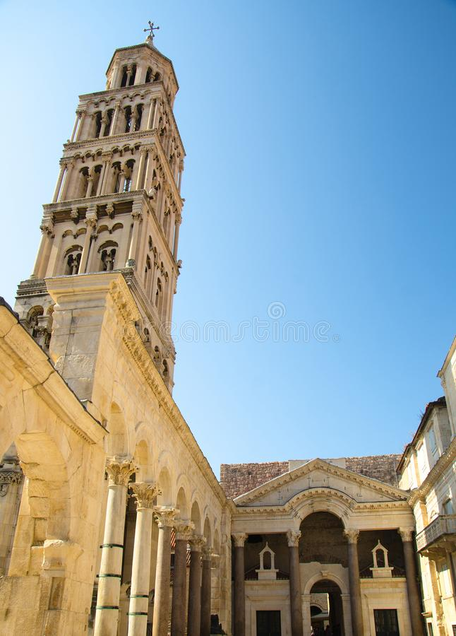 Torn för helgonDomnius klocka ovanför byggnader, splittring, Dalmatia, kroat royaltyfri foto