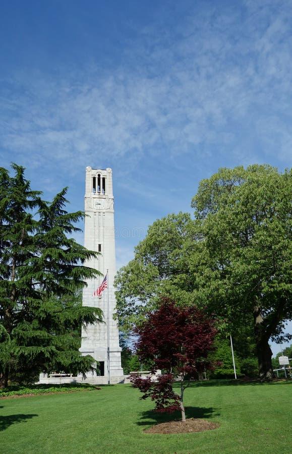 Torn f?r klocka f?r NC-delstatsuniversitetuniversitetsomr?de i Raleigh royaltyfri bild