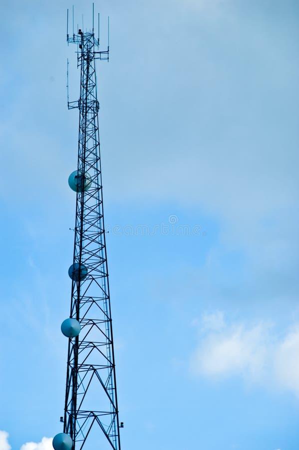 torn för kommunikationsmaststål royaltyfri foto