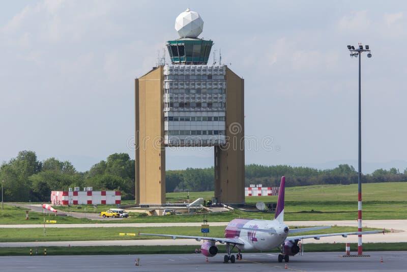 Torn för kontroll för Budapest flygplatsUngern framtidsutsikt arkivbild