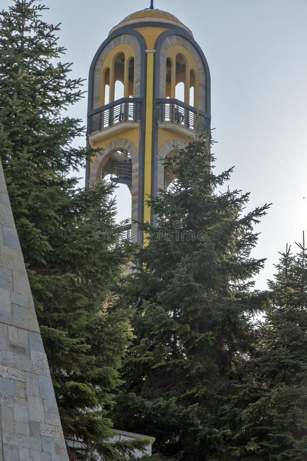Torn för kyrklig klocka nära monumentet av jungfruliga Mary i stad av Haskovo, Bulgarien royaltyfria bilder