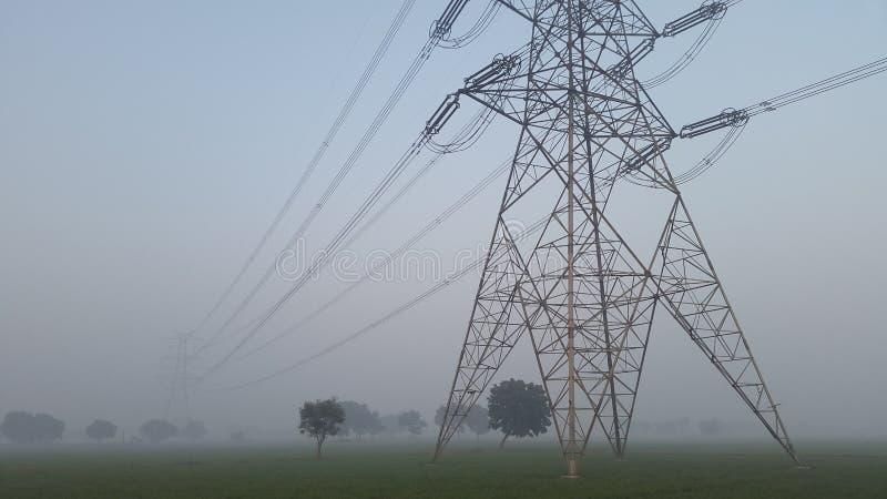 Torn för maktraster och för elektricitetstillförsel i New Delhi, Indien arkivfoto