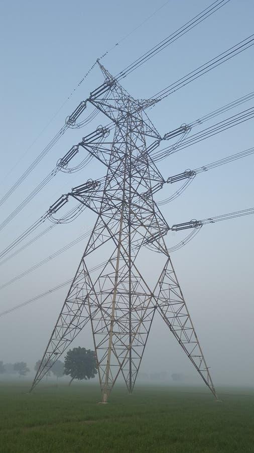 Torn för maktraster och för elektricitetstillförsel i New Delhi, Indien arkivbild