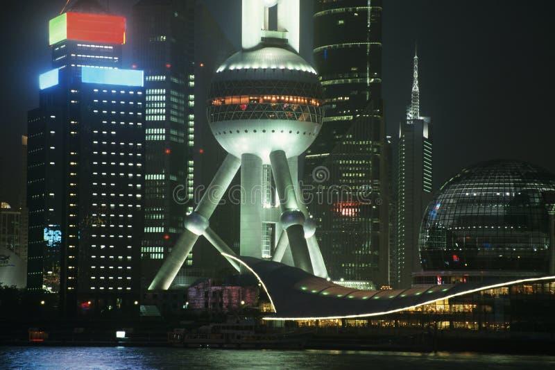 Torn för Pudong österlänningpärla på natten i Shanghai Kina royaltyfria bilder