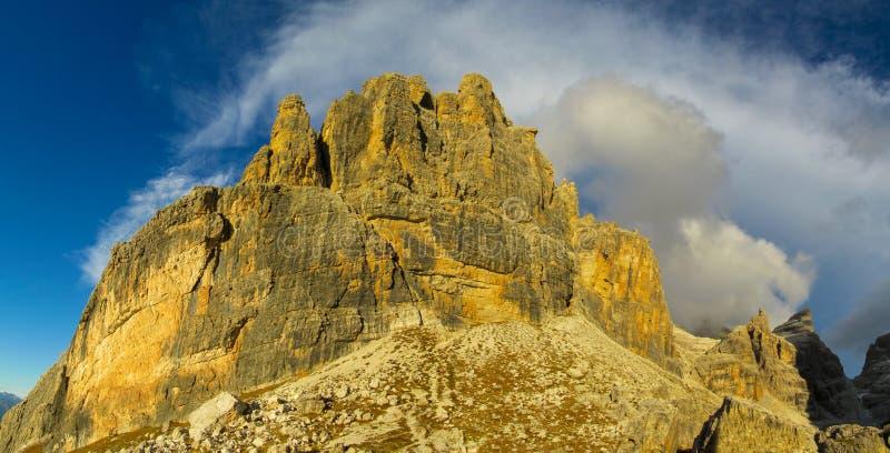 Torn för stenigt berg av Dolomites på solnedgången, Dolomiti di Brenta royaltyfria bilder