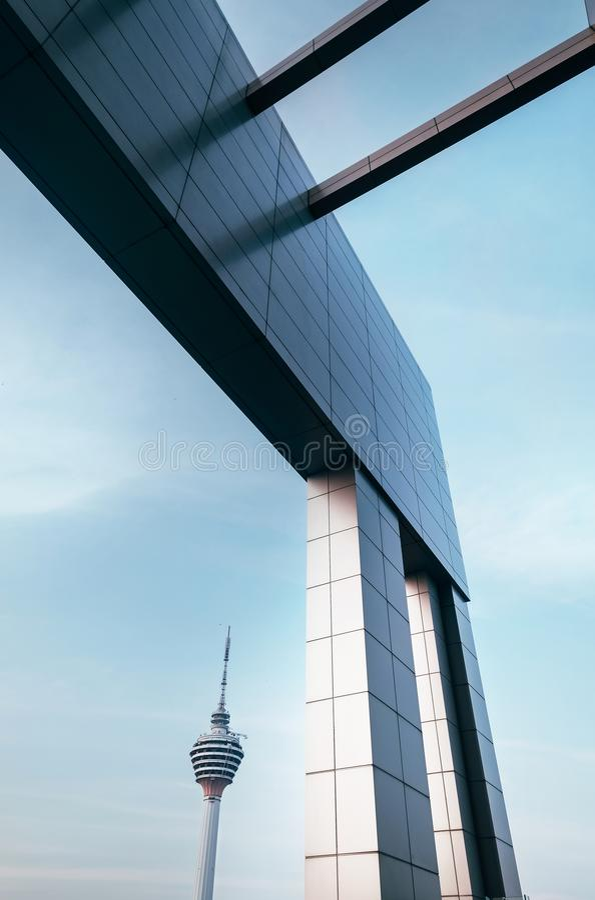Torn för TV för Kuala Lumpur KL stad huvudsakligt med geometrisk sikt för modern arkitektur arkivfoton