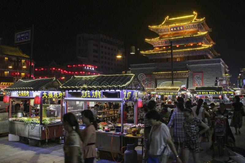 Torn för vals för nattmatmarknad near i den Kaifeng staden, centrala Kina fotografering för bildbyråer