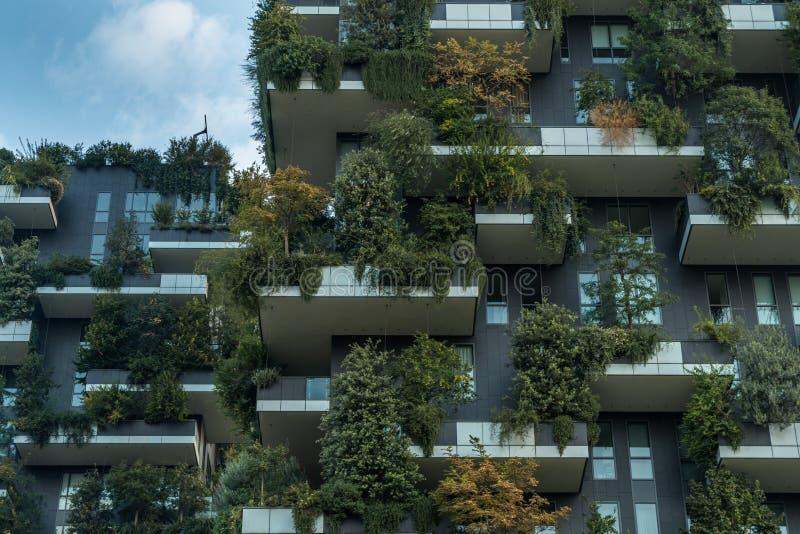 Torn för vertikal skog för Bosco verticale bostads- i det milan slutet upp fotografering för bildbyråer